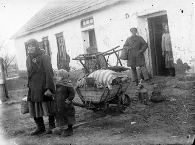 The family is evicted from their house. Photo of 1933.