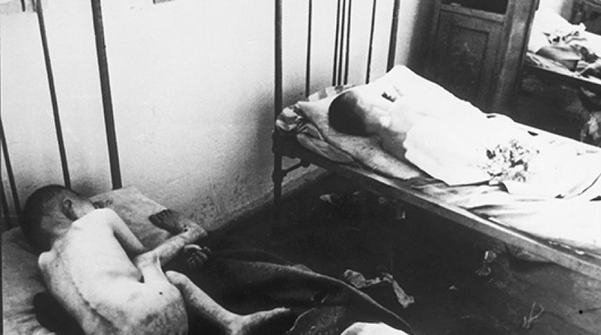 Чорно-біле фото худих від голоду дітей у ліжках