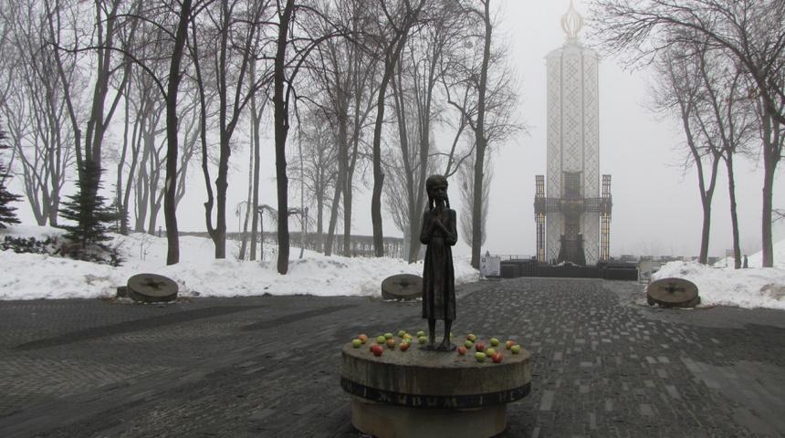 Алея до музею зі статуєю дівчинки з колосками
