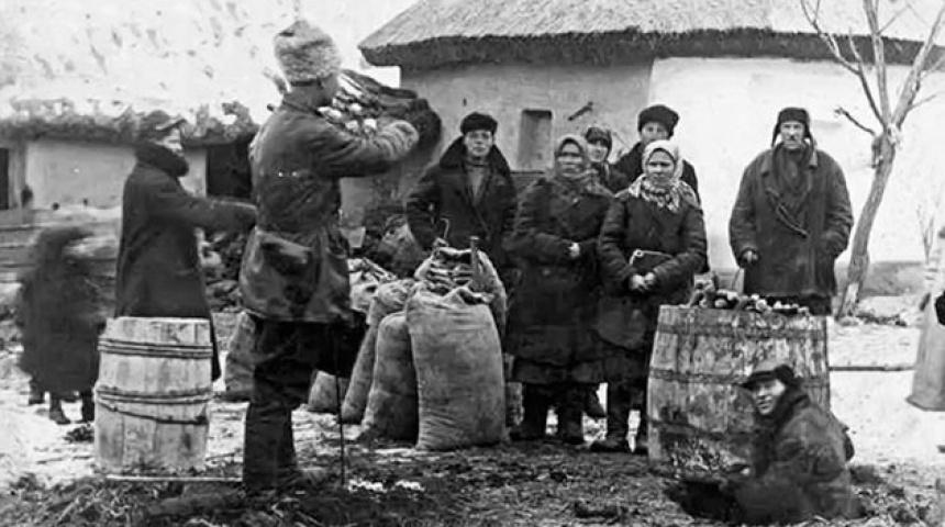 Чорно-біле фото, енкаведісти з мішками відібраної їжі та селяни