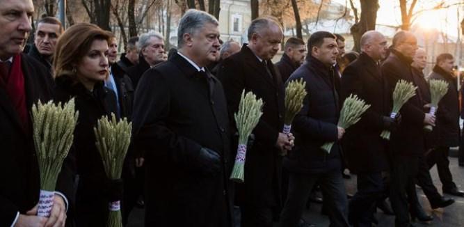 Петро Порошенко з дружиною та очільниками, тримають колоски