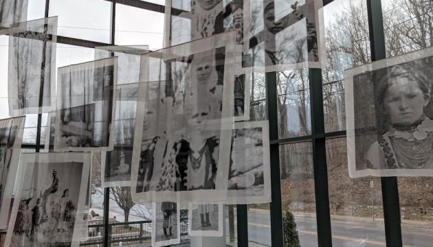 Інсталяція з портретних зображень на шовку