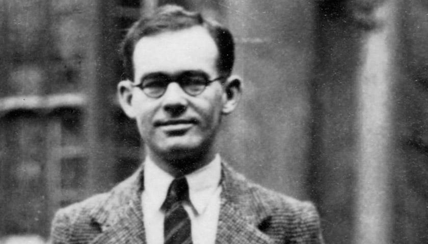 На чорно-білому фото зображений Гарет Джонс — один із перших західних кореспондентів, які своїми публікаціями розповідали світові правду про Голодомор-геноцид.