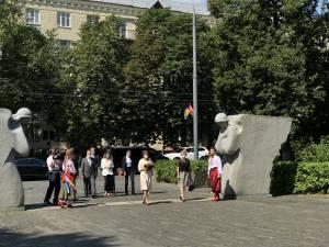 Президент Швейцарської конфедерації разом з супроводом біля скульптурної композиції Янголи скорботи