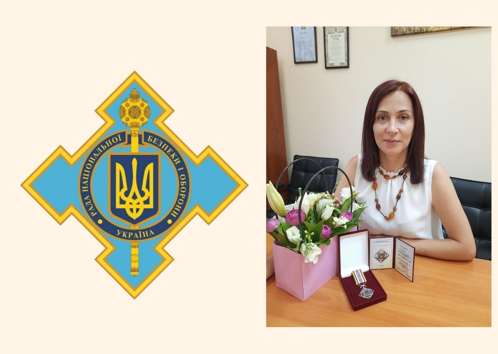На фото - зображення відзнаки РНБО і поряд фото Олесі Стасюк, яка сидить за столом,одягнена у білу літню сукню.