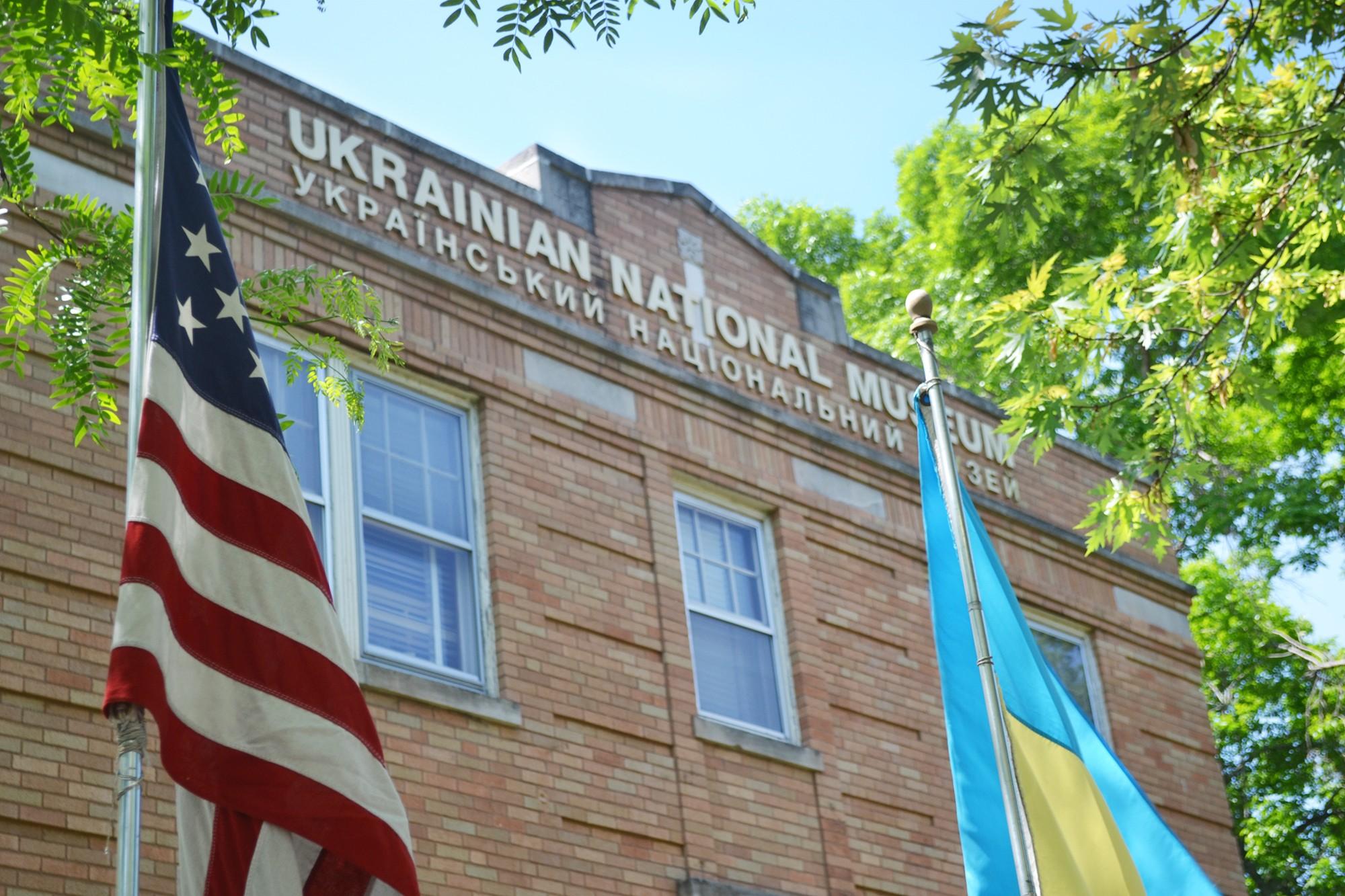 На фото - прапори США та України на фоні будівлі Українського Національного Музею в Чикаго