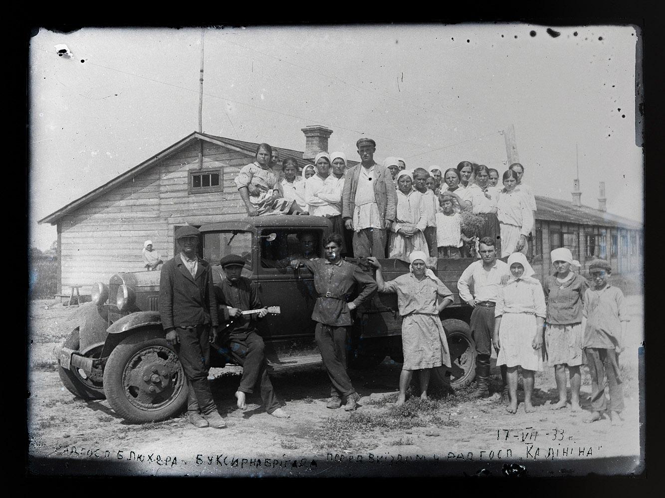 Чорно-біле фото людей біля машини - буксирна бригада