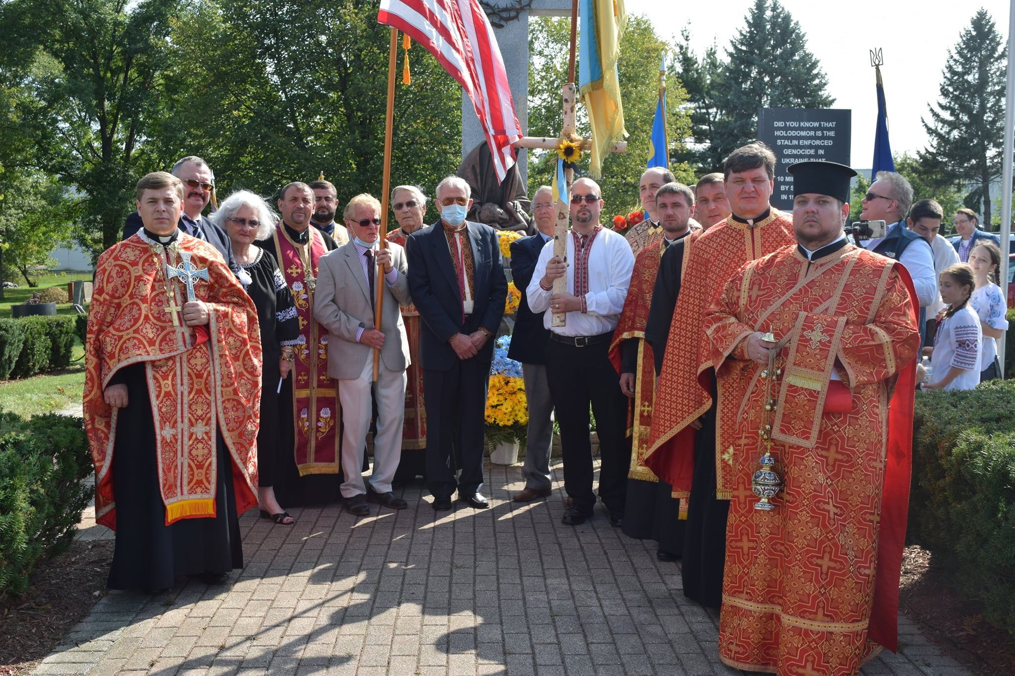 Священники з парафіянами на поминальній службі