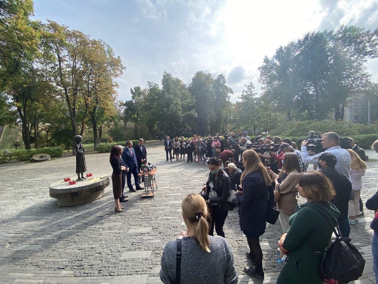 Люди на площі, відкриття символу музею
