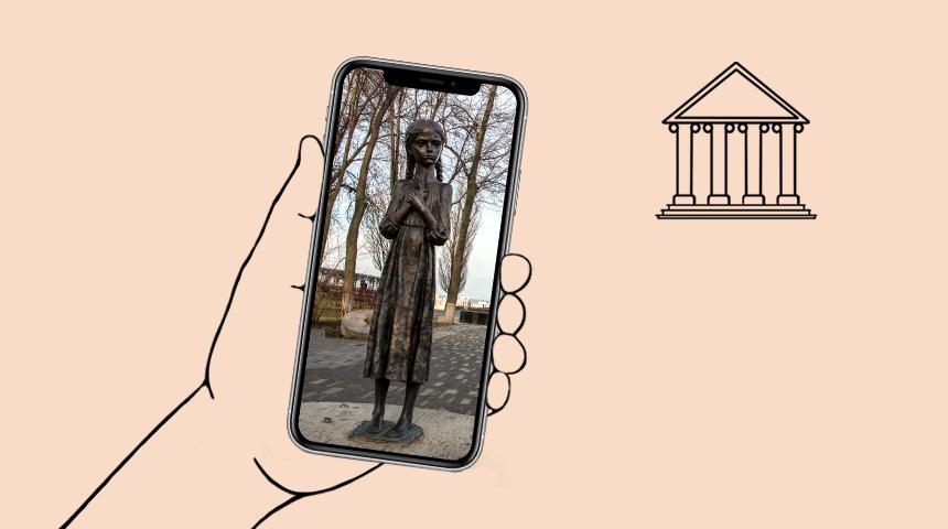 Рука, держащая смартфон, на котором изображена девочка  с колосками