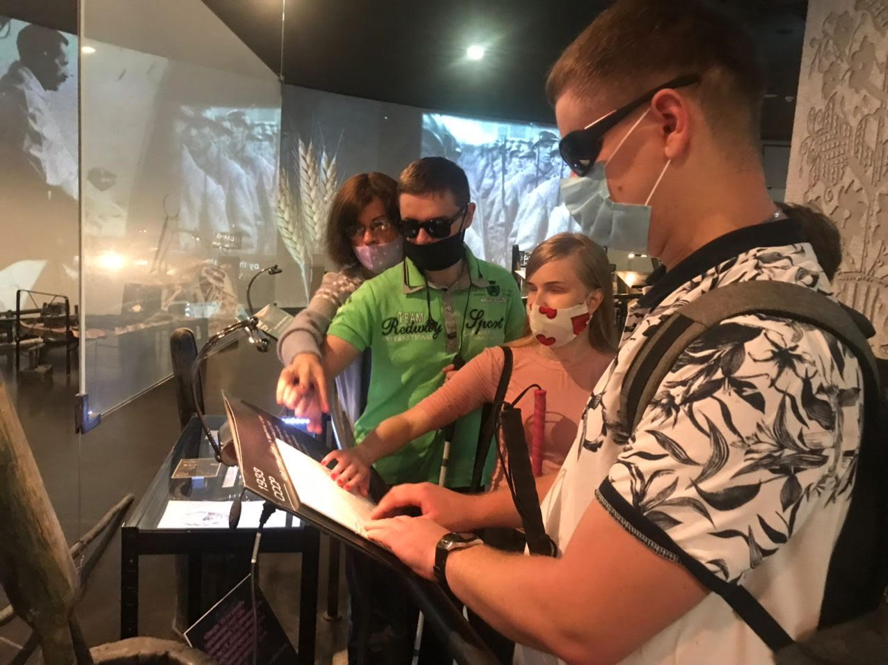 Відвідувачі з порушеннями зору на екскурсії в музеї